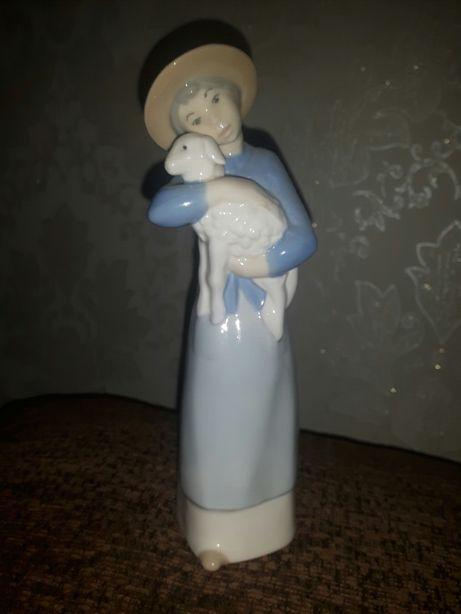 Фарфоровая статуэтка Девочка с ягненком Испания REX