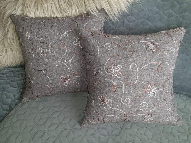 Prezent poduszka dekoracyja z haftowanej w kwiatki tkaniny