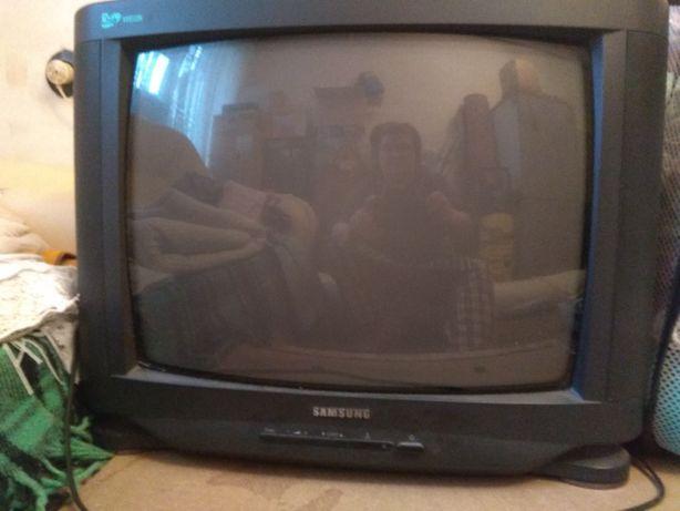 продам телевизор б/у, цветной, в рабочем состоянии, 500 гривен.
