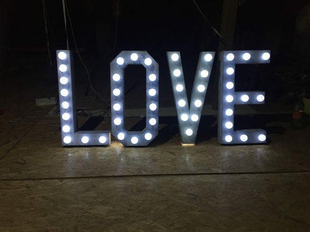 Napis LOVE własnoręcznie wykonany