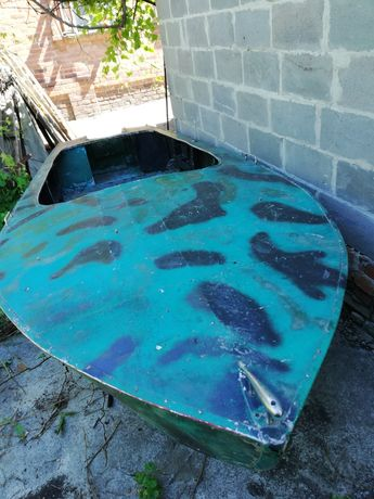 Лодка алюминиевая под мотор в нормальном состоянии.