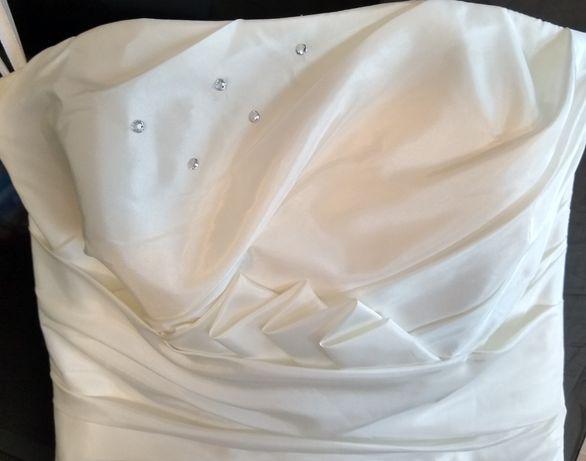 Suknia ślubna z trenem z kryształkami swarovskiego i kalią
