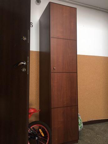 szafa z półkami w kolorze brązowym