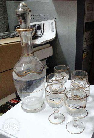garrafa e copos de licor antigos