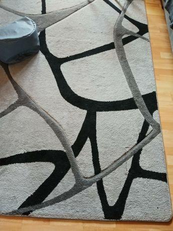 Duży dywan ciekawy wzór