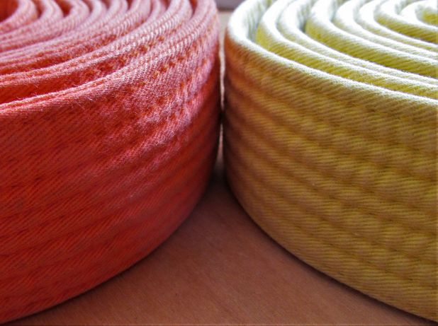 Karaté - cintos amarelo, laranja, azul de graduação para o quimono