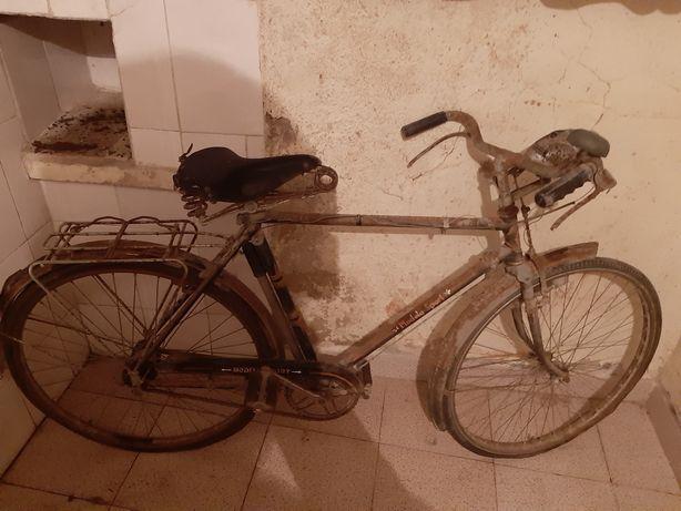 Bicicleta muito antiga para restaurar