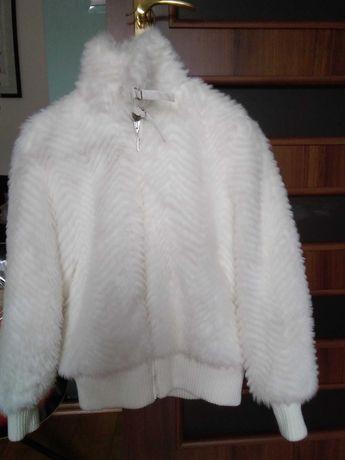 Białe sztuczne futerko