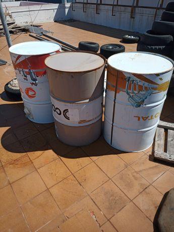Bidões de óleo vazios