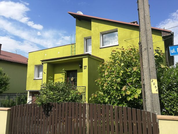 Dom z ładnym ogródkiem oraz garażem