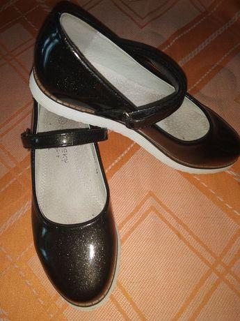 Шкільні туфлі для дівчинки.
