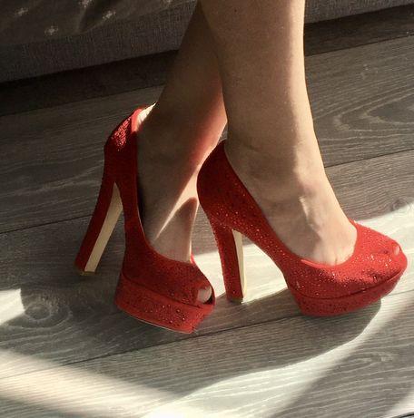 Czerwone buty na obcasie z cekinami - rozmiar 38