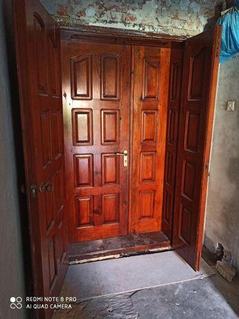 Двері вхідні, подвійні.