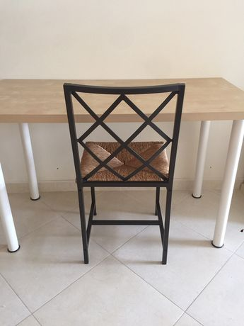 Cadeira em ferro e palhinha.