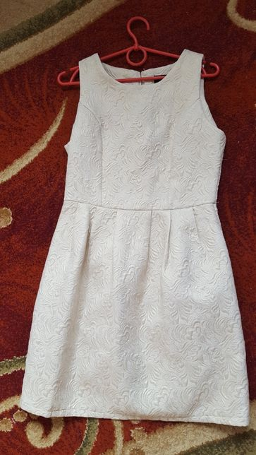 Продаю весеннее бежевое платье