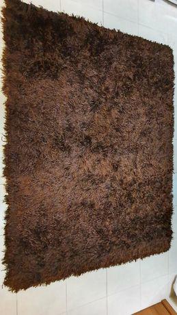 Carpete castanha de pêlo longo.