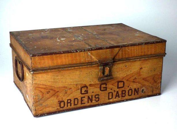 Caixa antiga em metal para documentos