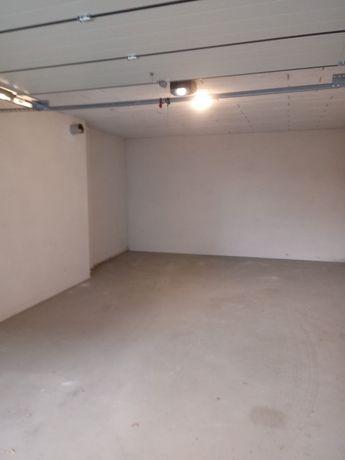 Garaż z elektrycznaą bramą+ miejsce postojowe przed garażem