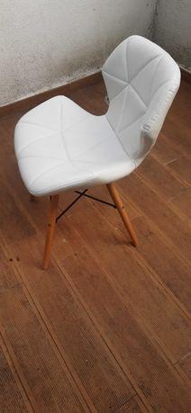 Cadeira branca pés de madeira