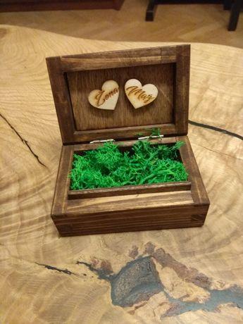 Pudełko na obrączki (drewno, mech) i drewniane numery na stoły (1-10)