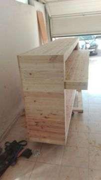 Balcão em madeira crua,rústico e muito robusto.