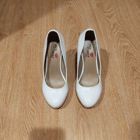 Białe buty do ślubu