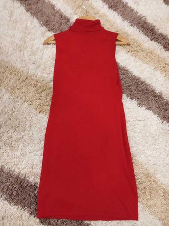 Платье красное тянется