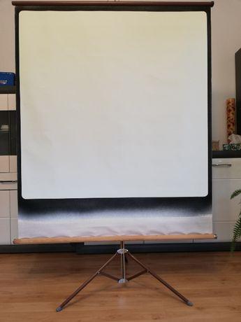 Ekran projekcyjny ze statywem.