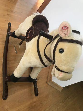 Koń bujany na biegunach z odgłosami