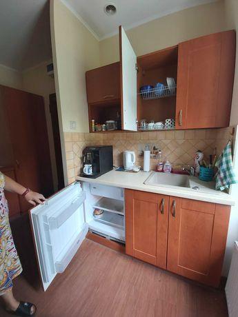 Meble kuchenne z  zabudowaną lodówką i zlewozmywakiem