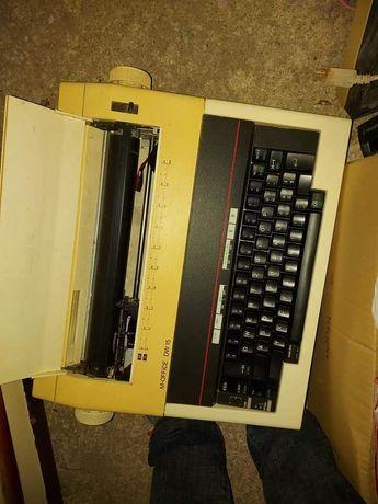 Máquina de escrever a funcionar