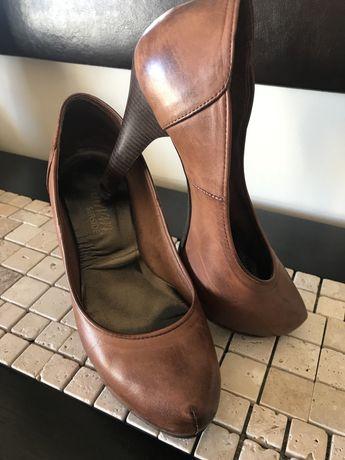Sapatos em pele castanhos. salto alto- Tamanho 37.