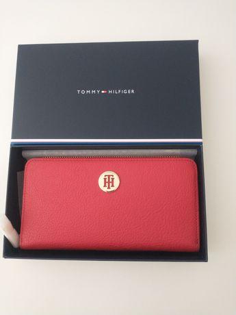 Czerwony portfel damski Tommy Hilfiger