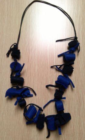 Colar feltro azul e preto