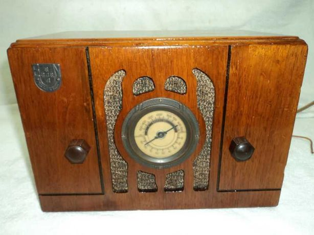 Rádio antigo a válvulas, da Emissora Nacional