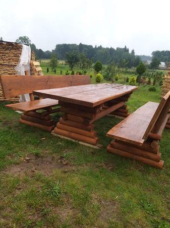 Drewnainy stół ogrodowy z ławkami.