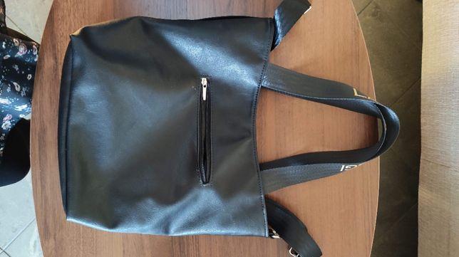 czarna torebka damska noszona na dwa sposoby
