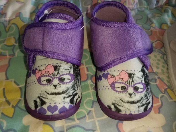 Pantufas e sapatos novos menina
