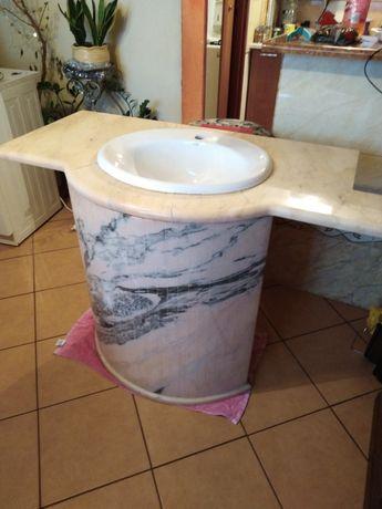 Umywalka z blatem i podstawą z marmuru.