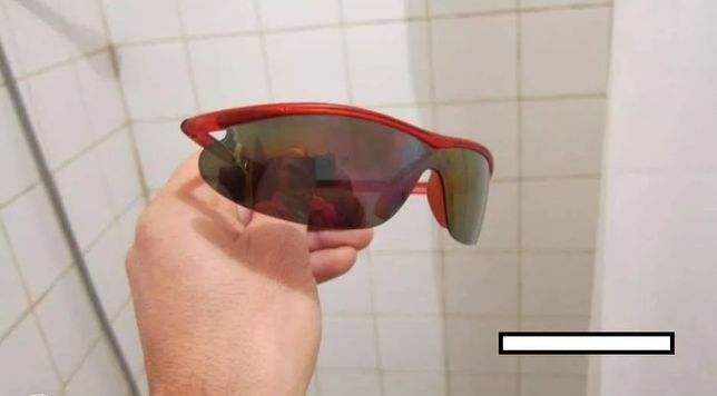 Óculos de sol vermelho