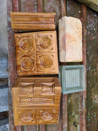 Ozdobne zabytkowe kafle do kominka dekoracyjne i cegła szamotowa