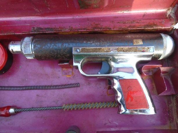 pistolet do wbijania kołków w ściane