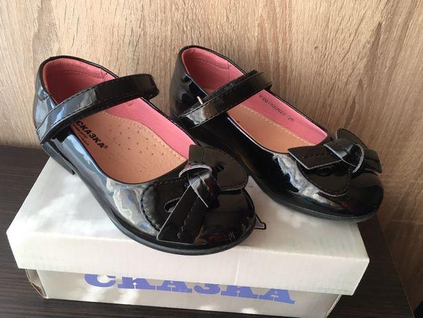 Удобные лаковые туфли для девочки