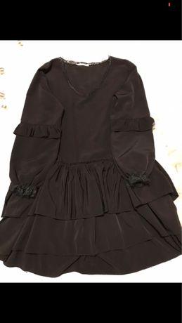 Elegancka czarna sukienka z falbanami dekolt w serek