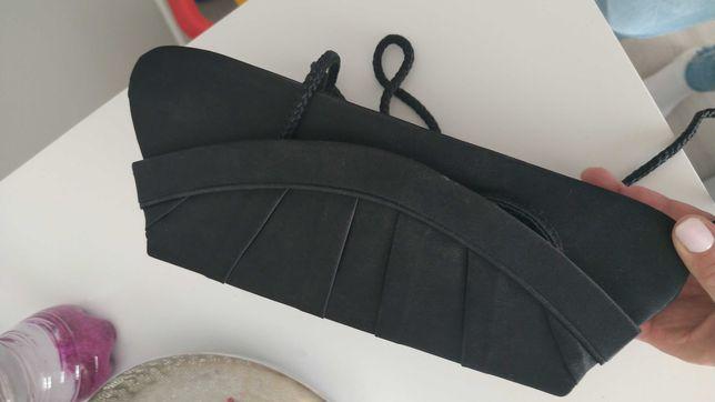 Torebka kopertówka, okazyjna na sznurku i paseczek, zapinana na nap.