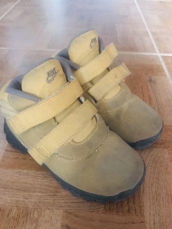 Продам осенние ботинки nike
