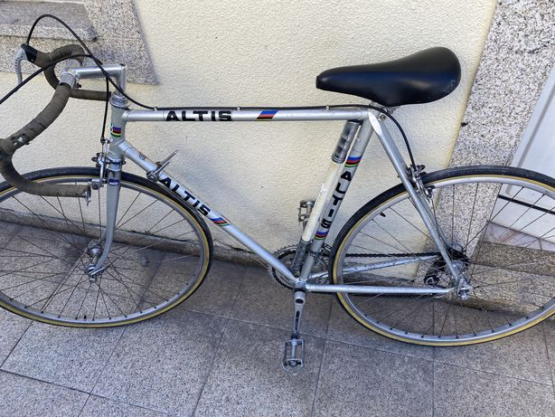 Bicicleta altis usada