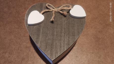 Drewniana szkatułka w kształcie serca