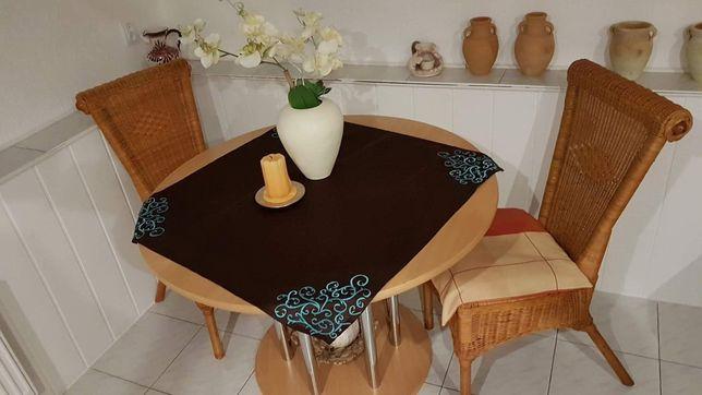 Stół z 2 ratanowymi krzesłami