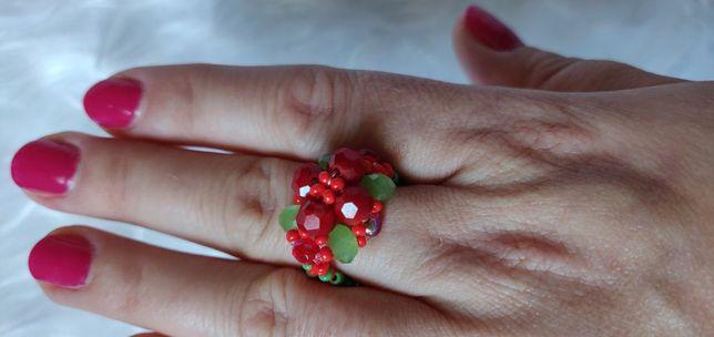 Czerwony pierścionek ręcznie robiony. Czerwony kwiat.
